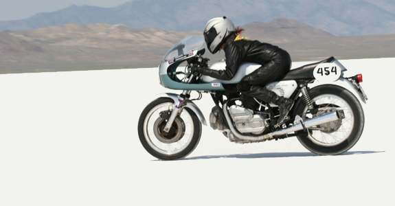 sue_ducati_900_on_the_salt_2